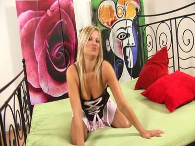 Blondes molliges Teenluder masturbiert sich die Fotze mit pinken Dildo
