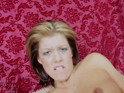 Teen mit kleinen Titten masturbiert mit Anal Dildo