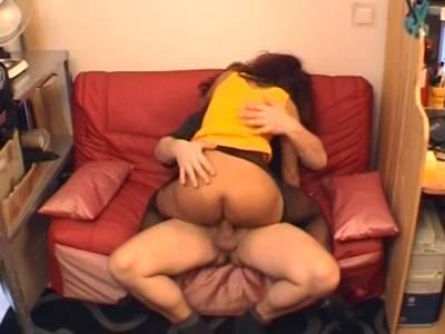 Asiatische Milf wird im Pornokino durchgefickt