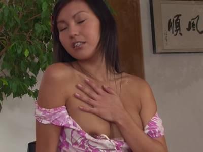süßes Asia Mädchen masturbiert sich mit dem Fingern ihre Fotze