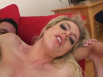 Angela Stone hat einen Schwanz im Arsch