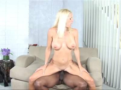 Blondes Girl geht in Interracial Porno fremd