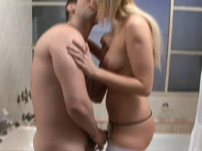 Blondes Luder im Badezimmer geil durchgefickt