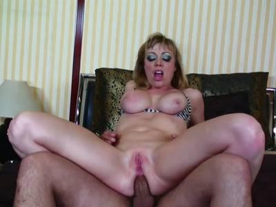 Blondine gibt geile Schwanz Massage
