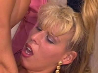 Blondine lässt sich von ihren Latin Lover in den Arsch ficken