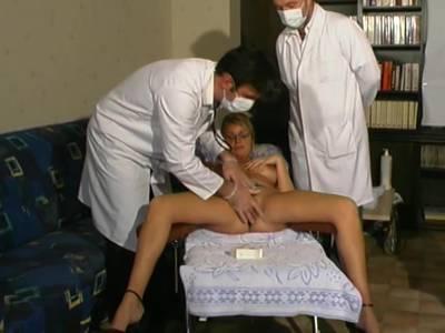 Die sexgeile blonde Frau wird von zwei Ärzten behandelt