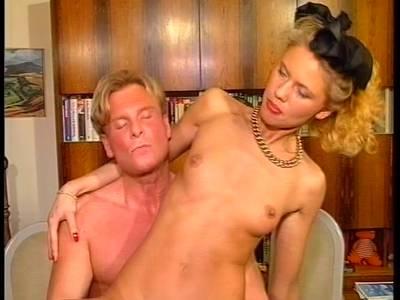 Junge Blondine wird durchgefickt und vollgespritzt