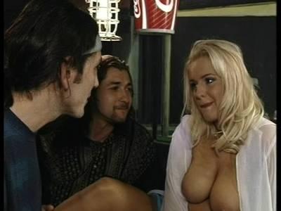 Sexgeile Blonde hat Hardcore Sex auf dem Billardtisch