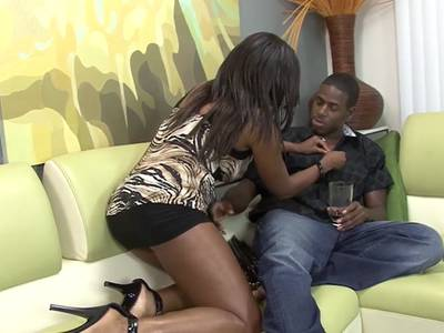 Drallärschige Black Lady lutscht den steifen Schwanz