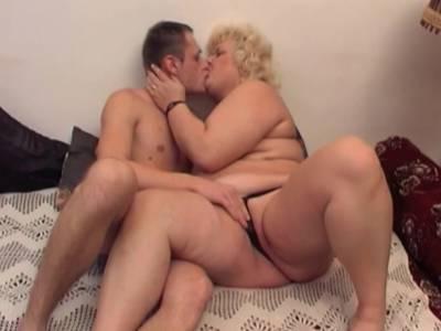 Reife blonde BBW hat gerne ein Rohr zwischen ihren Titten