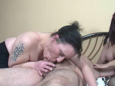 Zwei dicke deutsche Milf teilen sich einen Schwanz beim Arschficken