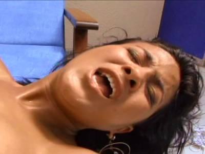 Heiße Latina lässt sich nach dem Mundfick in den Po ficken
