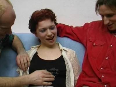 Beim tabulosen Dreierfick steckt er ihr den Finger in ihr Arschloch
