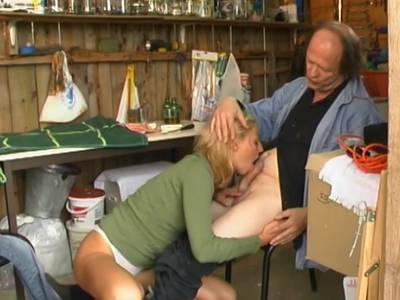 Blondinenarsch vom reifen Schwanz gefickt