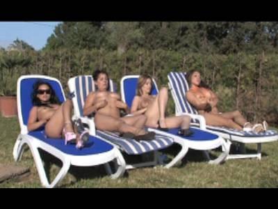 4 notgeile Schlampen genießen Lesbensex mit Vibrator am Schwimmbecken