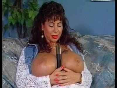 Milf mit Riesentitten masturbiert sich mit dem Dildo ihre Fotze
