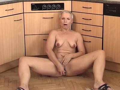 Oma masturbiert sich ihre alte Fotze
