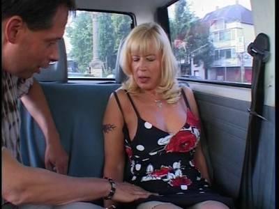 Villbusige Oma Blondine fickt Outdoor mit dem Dildo