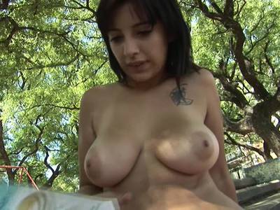 Latina Girl mit dicken Titten Outdoor gebumst