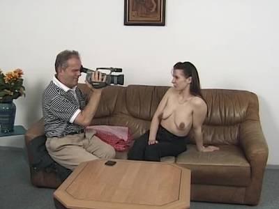 Buddy fickt das junge deutsche Girl nacheinander in die feuchte Pussy und den kleinen Anus
