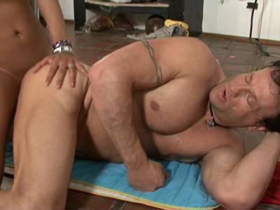 Ladyboy fickt den Trainer im Fitnessstudio